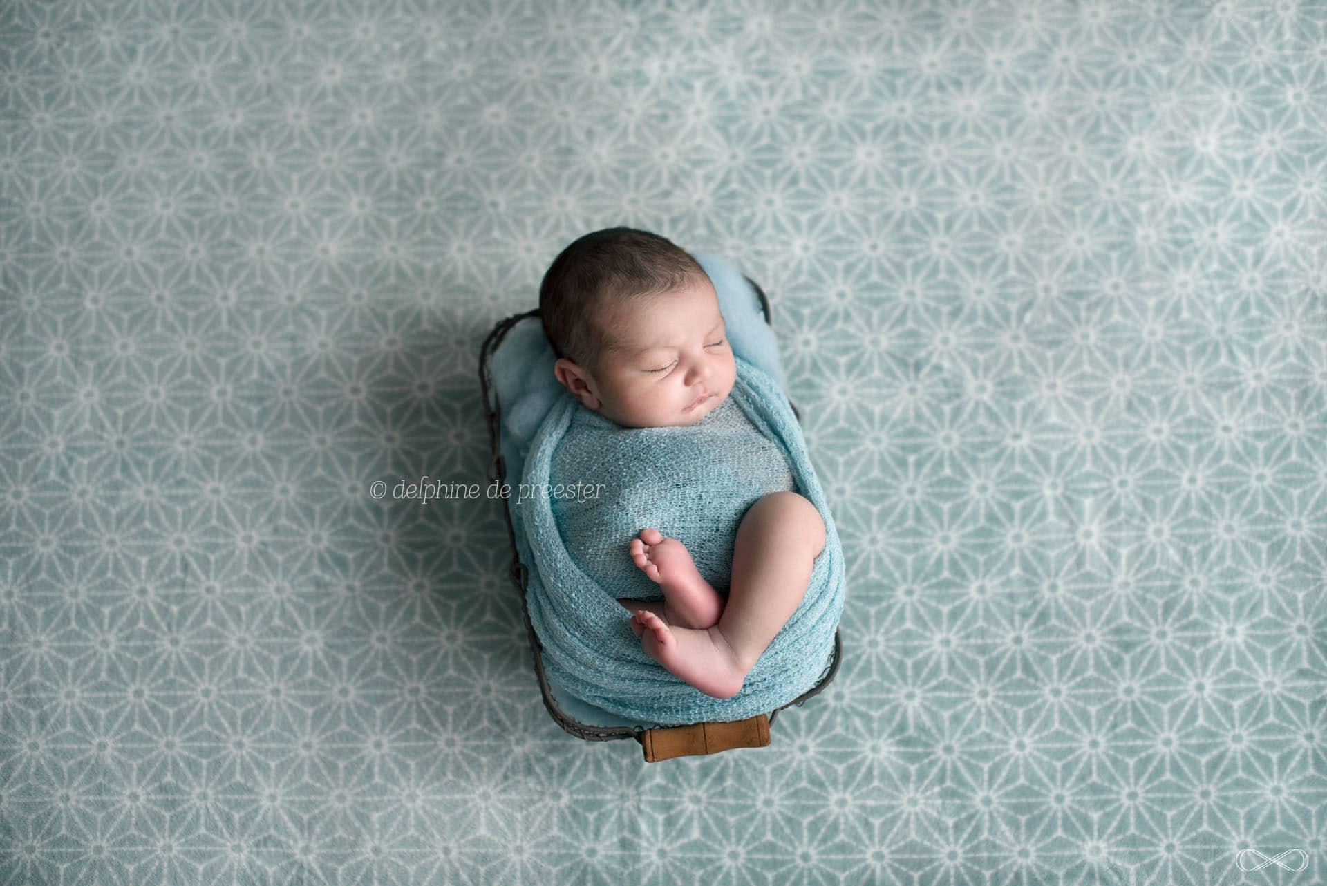 bébé emmailloté avec plaid étoile