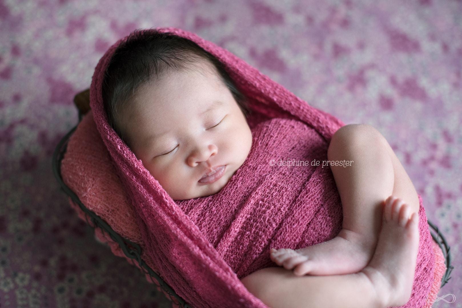 photos bébé emmailloté