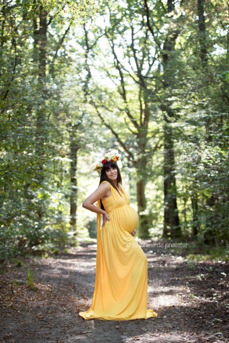 photo femme enceinte avec robe et couronne de fleurs