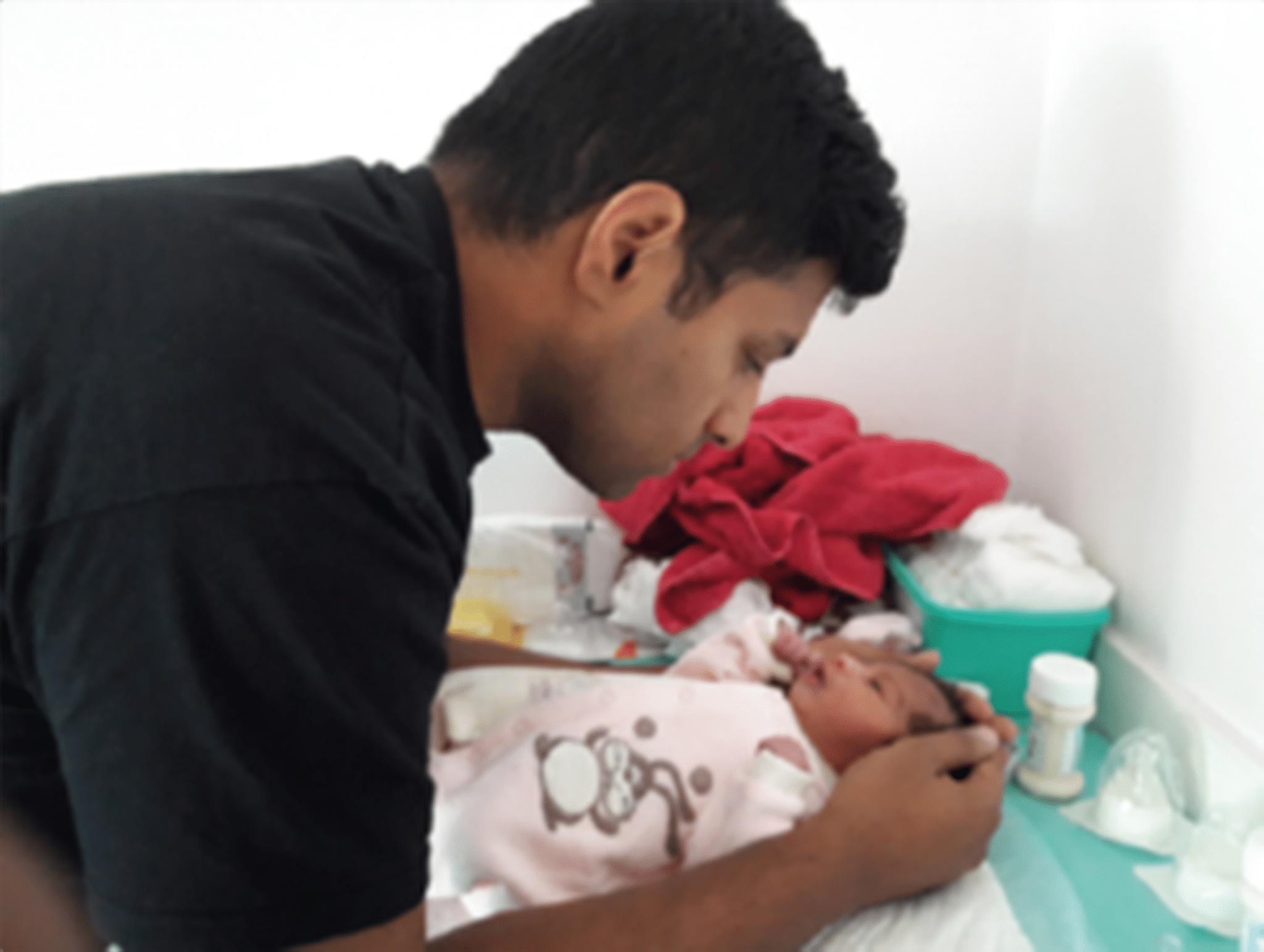 moment entre père et fille à la naissance