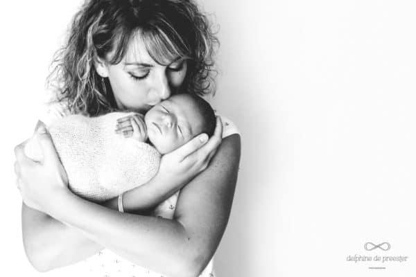photo nouveau-né avec maman