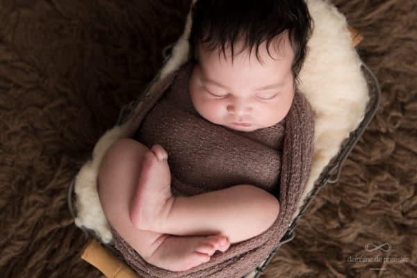 photo bébé emmailloté