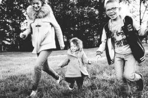 promenade en famille dans les champs