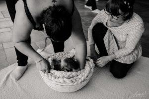 déposer un nouveau-né dans un panier délicatement